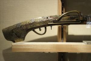 火縄銃の握り手 獅子の彫り物